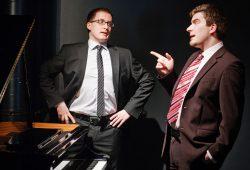 """Leipziger Duo Muggefugg Scheegs: Martin Gey (l.) und Norman Schaefer (r.) präsentieren Sketche von """"Herricht & Preil"""". Foto: Golden Eyes Fotografie"""