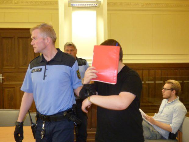 Der Angeklagte Patrick S. (24) wird in den Gerichtssaal geführt. Foto: Lucas Böhme