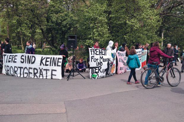 Protest 2017 wie in jedem Jahr vor der Galopprennbahn. Foto: Steffen Balmer
