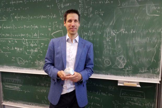 Prof. Dr. László Székelyhidi mit einem Gömböc. Foto: Annika Schindelarz/Universität Leipzig