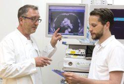 Der Pneumologe PD Dr. Hans-Jürgen Seyfarth (li.) und Thoraxchirurg Dr. Sebastian Krämer (re.) empfehlen allen Rauchern aufzuhören. Foto: Stefan Straube/UKL