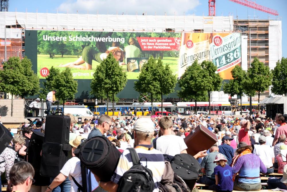 Publikum auf dem Leipziger Augustusplatz. Foto: L-IZ.de