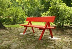 Auch für Bänke kann man die Patenschaft übernehmen: Schweizer Lesebank im Clara-Park. Foto: Ralf Julke