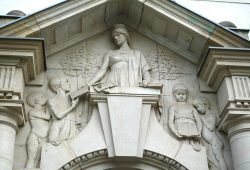 Relief an der Friedrich-Schiller-Schule in Gohlis. Foto: Ralf Julke