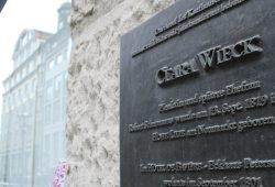 Gedenktafel am Neumarkt, wo Claras Geburtshaus stand. Foto: Ralf Julke