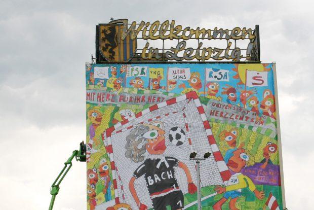 Die alte Leuchtreklame von Norden - hier mit Fischer-Art-Installation zur Fußball WM 2006. Foto: Ralf Julke