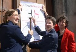 Bürgermeisterin Skadi Jennicke, Thomaspfarrerin Britta Taddiken und Uni-Rektorin Beate Schücking beim 2017er Thesenanschlag. Foto: Ralf Julke