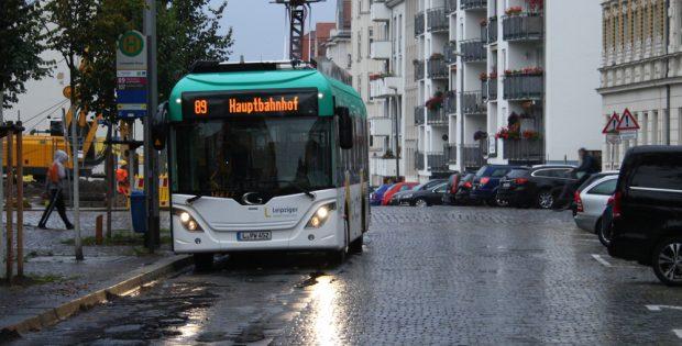 Der E-Bus beim Tanken am Connewitzer Kreuz. Foto: Ralf Julke