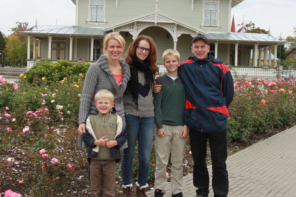 Austauschschülerin Laura mit ihrer Gastfamilie in Estland. Foto: YFU