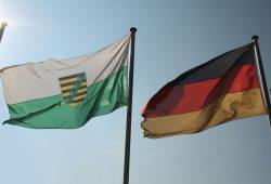 Flaggen vor blauem Himmel. Foto: Ralf Julke