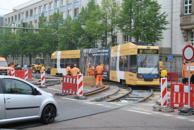 Eine Straßenbahn in der Baustelle Richard-Lehmann-Straße / Karl-Liebknecht-Straße. Foto: Ralf Julke