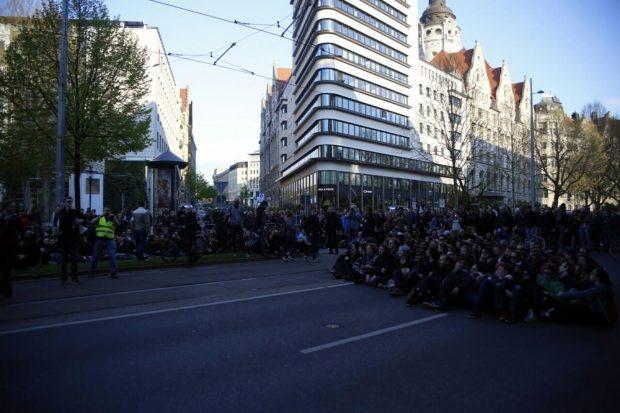 Die Sitz-Blockade am 2. Mai 2016 auf dem Leipziger Ring. Legida wurde auf eine Ausweichroute gelenkt. Foto: L-IZ.de