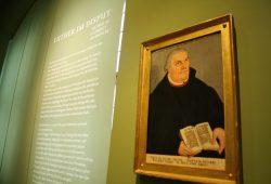Das Luther-Bild in der Austellung zur Leipziger Disputation im Alten Rathaus. Foto: Ralf Julke