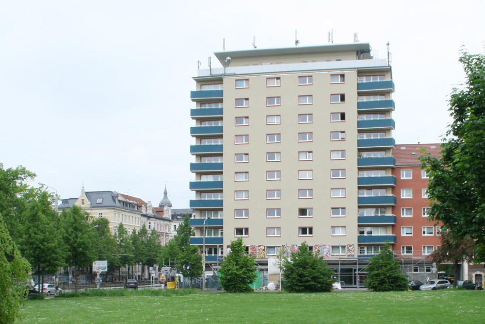 Frisch saniertes LWB-Hochhaus in der Karl-Liebknecht-Straße. Foto: Ralf Julke
