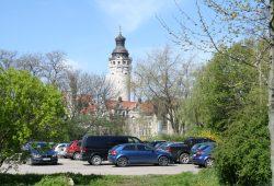 Der Rathausturm im Frühlingssonnenschein. Foto: Ralf Julke