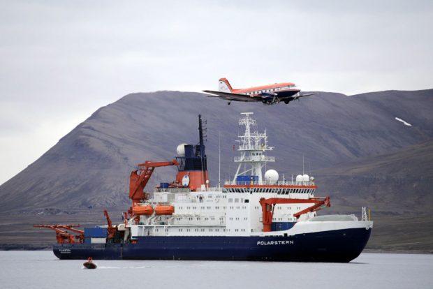 Polar 5 und Polarstern vor Longyeabyen. Foto: Alfred-Wegener-Institut/Thomas Krumpen (CC-BY 4.0)