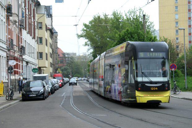 Straßenbahn in der Philipp-Rosenthal-Straße. Foto: Ralf Julke