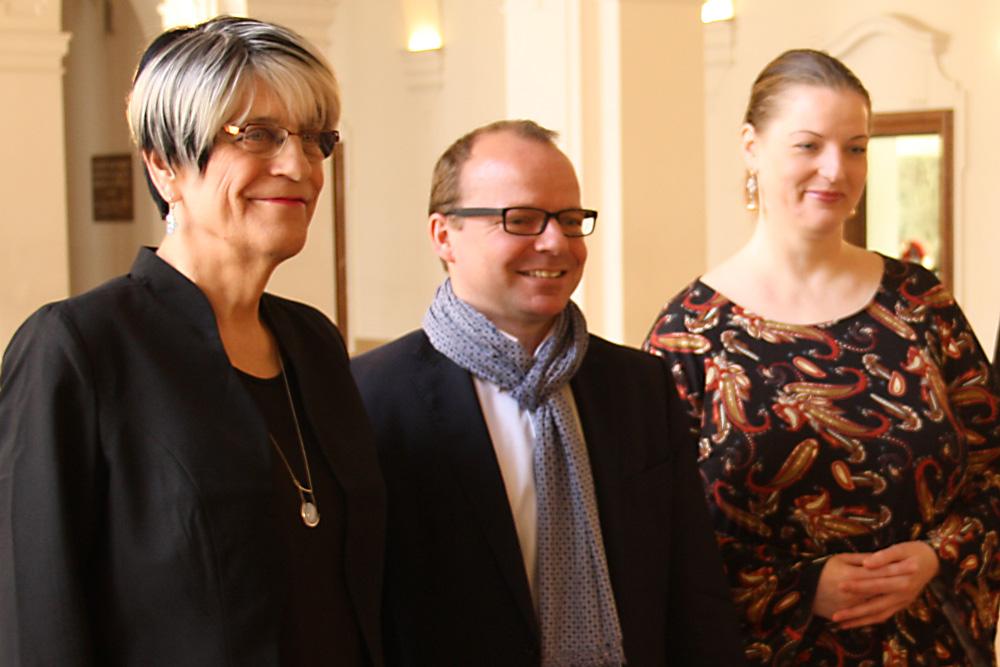 Naomi-Pia Witte (links) und Ute Elisabeth Gabelmann mit FDP-Stadtrat René Hobusch. Foto: Ralf Julke