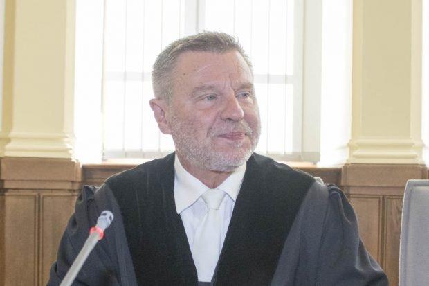 Richter Norbert Göbel leitet den Prozess gegen Mohammad a., Entessar A. und Santa A. Foto: Martin Schöler
