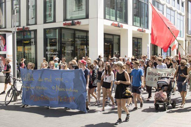 """Demonstration des Bündnisses """"Lernfabriken... meutern!"""" am 21. Juni 2017 in der Leipziger Innenstadt. Foto: Martin Schöler"""