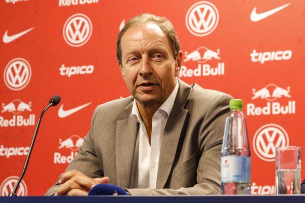 Der frühere Bundesliga-Schiedsrichter Hellmut Krug leitet die Einführung des Videoassistenten in Deutschland. Foto: Martin Schöler