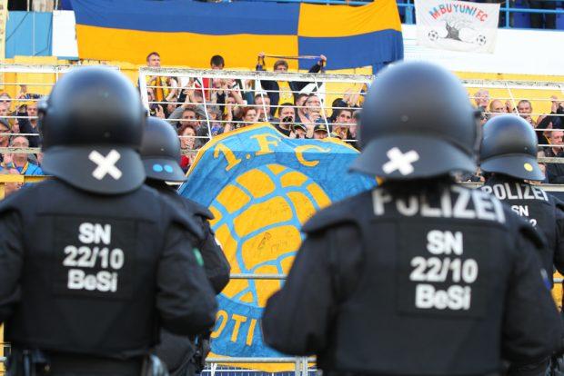 Polizeieinsatz im Bruno-Plache-Stadion. Foto: Jan Kaefer