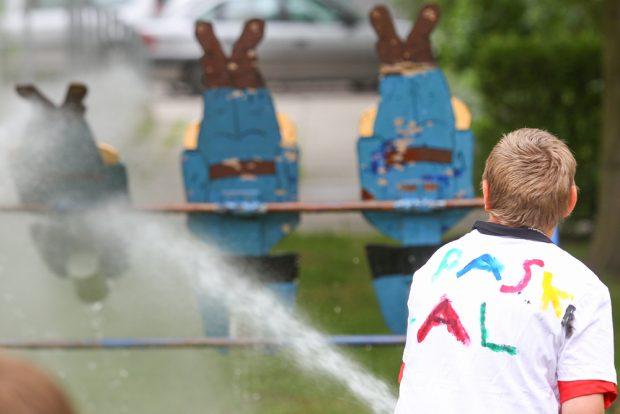 Kontrolliertes Wasserlassen am Stand der Feuerwehr. Foto: Jan Kaefer