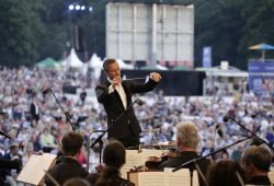 Alexander Shelley und das Gewandhausorchester. Foto: Alexander Böhm