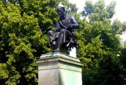 Ein Aluhut für Hahnemann am 15. Juni in Leipzig. Foto: Maximilian Steinhaus gbs