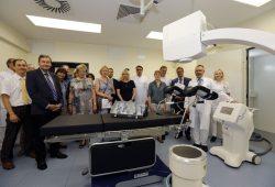 Chefarzt Dr. Liebmann (2.v.r.) präsentiert die neue Therapieeinheit. Foto: Klinikum St. Georg