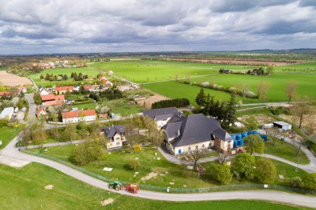 Wasserwerk Canitz und landwirtschaftliche Bewirtschaftung: In ihren Wassereinzugsgebieten setzen die Leipziger Wasserwerke auf Ökolandbau, um die Einträge in die Böden und damit ins Grundwasser zu minimieren. Foto: Leipziger Wasserwerke