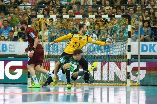 Christoph Steinert (DHfK) überlistet Füchse-Torwart Silvio Heinevetter. Foto: Jan Kaefer