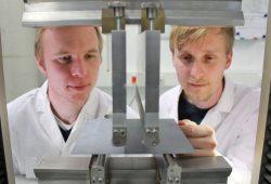 Professor Stephan Schönfelder (links) von der HTWK Leipzig und Felix Kaule vom Fraunhofer CSP am 4-Punkt-Biegeversuch mit einem polykristallinen Siliziumwafer. Foto: C. Dietze/Fraunhofer CSP