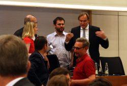 Viele Fragen offen am Leuschnerplatz. Debatte in der Pause vor der Abstimmung zwischen Franziska Riekewald (Linke) und Burkhard Jung vor dem abschließenden Votum am 21. Juni. Foto: L-IZ.de