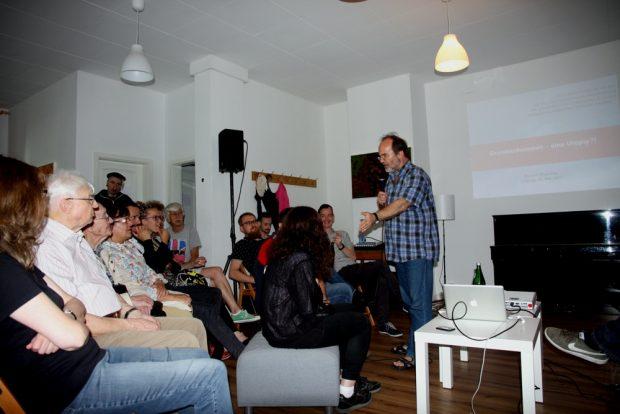 Debatte mit den Gästen des Abends. Ronald Blaschke erklärt das BGE. Foto: Michael Freitag