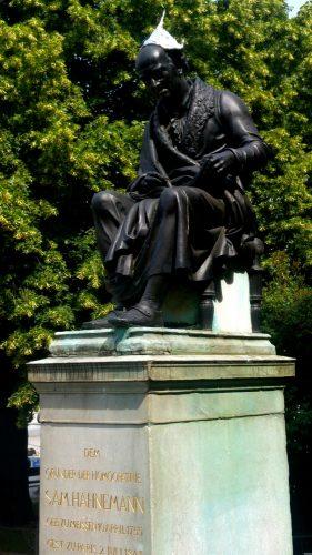 Das Denkmal des Begründers der Homöopathie Samuel Hahnemann am Richard Wagner Platz. Foto: Maximilian Steinhaus gbs