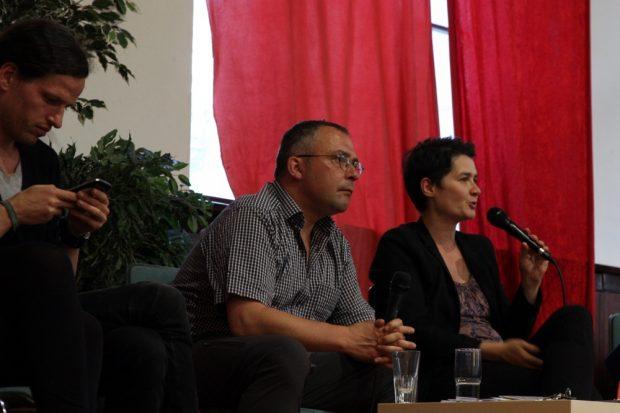 So sieht ernsthaftes Interesse aus. Jürgen Kasek teilt mit, wo er gerade ist, Jens-Uwe Jopp schaut schon mal nach der nächsten Frage und Daniela Kolbe antwortet. Foto: L-IZ.de