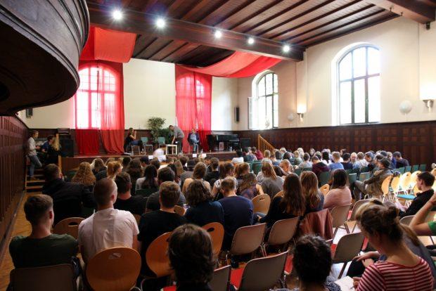 Ein Saal voller Schüler, freiwillig und interessiert. Foto: L-IZ.de