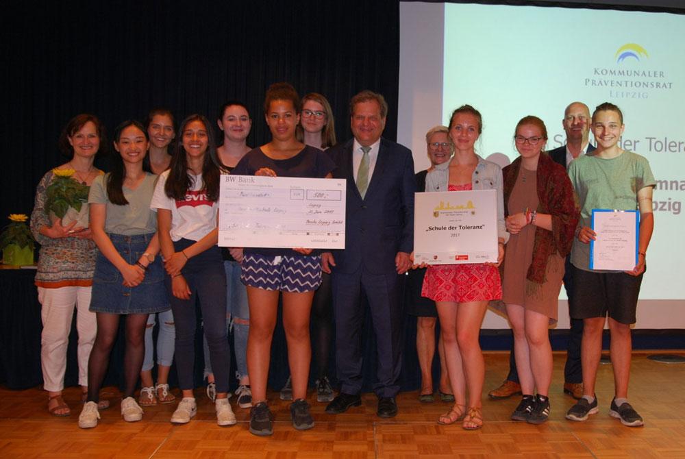 Thomas Fabian mit Schülerinnen und Schülern der Humboldt-Schule, die für ihr Projekt einer Kleiderkammer für Flüchtlinge mit regelmäßigen Öffnungszeiten ausgezeichnet wurden. © Stadt Leipzig / Quo