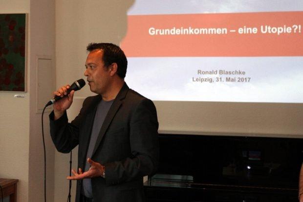 Franz Sodann (Die Linke) als Gastgeber über das Rad und das eckige Denken. Foto: Michael Freitag