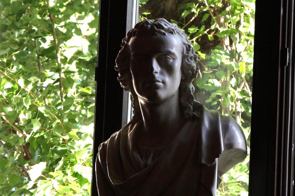 Friedrich Schiller wacht über die Aula. Foto: L-IZ.de