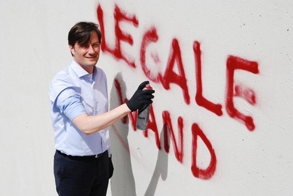 Ordnungsbürgermeister Heiko Rosenthal weiht die legale Fläche an der Antonienstraße ein. Foto: Stadt Leipzig/ Quo
