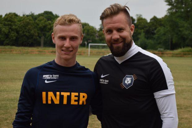 Marvin Reinkober (li.) mit Trainer Heiner Backhaus. Foto: FC Inter Leipzig