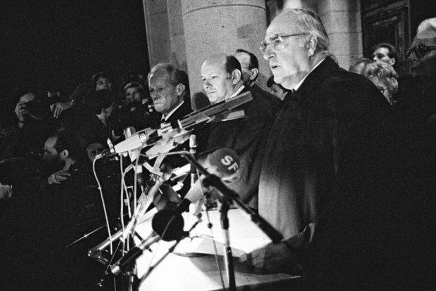 Berlin, 10.11.1989: Kundgebung vor dem Schöneberger Rathaus. Bundeskanzler Kohl spricht einen Tag nach dem Mauerfall zu Berlinern aus beiden Teilen der Stadt. Foto: Bundesregierung/Lehnartz
