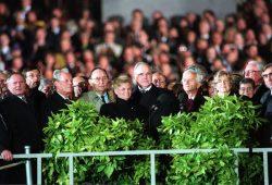 Berlin, 03.10.1990: Vertreter der Bundesrepublik und der ehemaligen DDR bei den Feiern zum Tag der Deutschen Einheit vor dem Reichstag. Foto: Bundesregierung/Stutterheim
