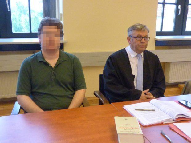 Michael F. sitzt auf der Anklegebank neben seinem Anwalt Malte Heise. Foto: Lucas Böhme
