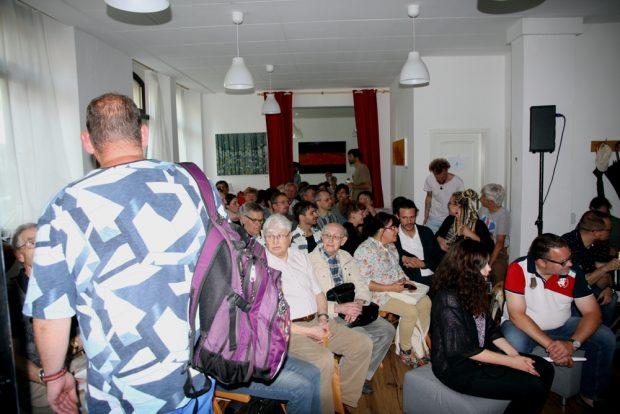 Saal voll. Die letzten Besucher drängelten sich gerade noch so rein. Foto: Michael Freitag