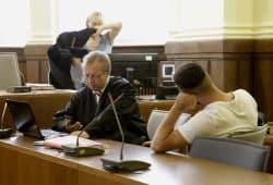 Strafverteidiger Ulf Israel und der Angeklagte Argjent K. Foto: L-IZ.de