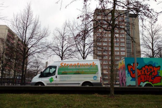 In Grünau und Altwest unterwegs mit praktischer Hilfe und als Ansprechpartner auf der Straße. Foto: Mobile Jugendarbeit Leipzig e.V.