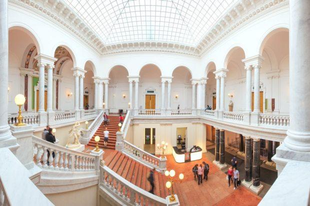 """Kreativräume: Die Universitätsbibliothek (hier das Treppenhaus) ist auch mit langer Tradition """"täglich im Test"""" und sieht sich im Dienste ihrer Nutzerinnen und Nutzer. Foto: Universität Leipzig/Swen Reichhold"""
